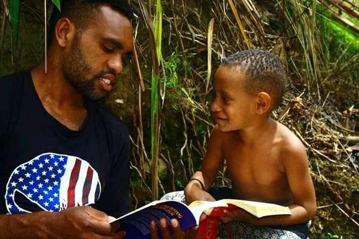 Salah seorang pemuda sedang mengajri membaca - Doc. Pace Kosapa