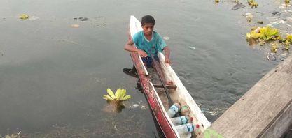Salah seorang anak mendayung di danau sentani - Doc Pace Kosapa