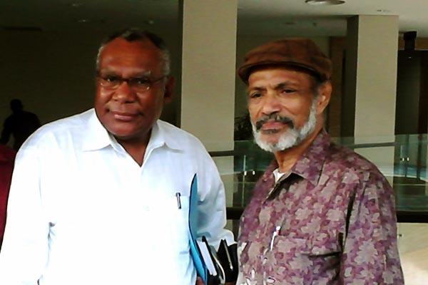Pdt Socratez Sofyan Yoman (kiri) dan Pdt Karel Phil Erari setelah konferensi pers, Senin (15/12) di Gedung Oikoumene PGI, Jl Salemba no 10, Jakarta Pusat. (Foto: Bayu Probo)