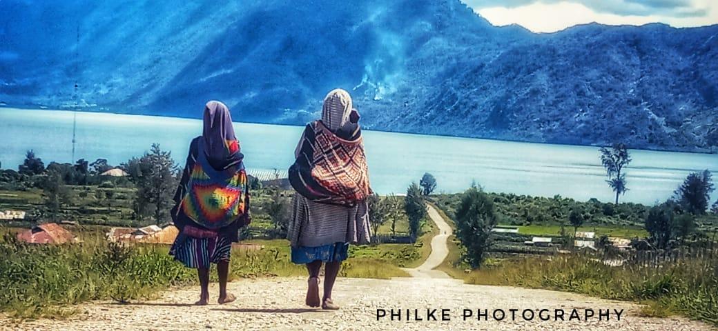 Dua Mama saat berjalan menuju ke Danau Tigi-Doc.Pribadi
