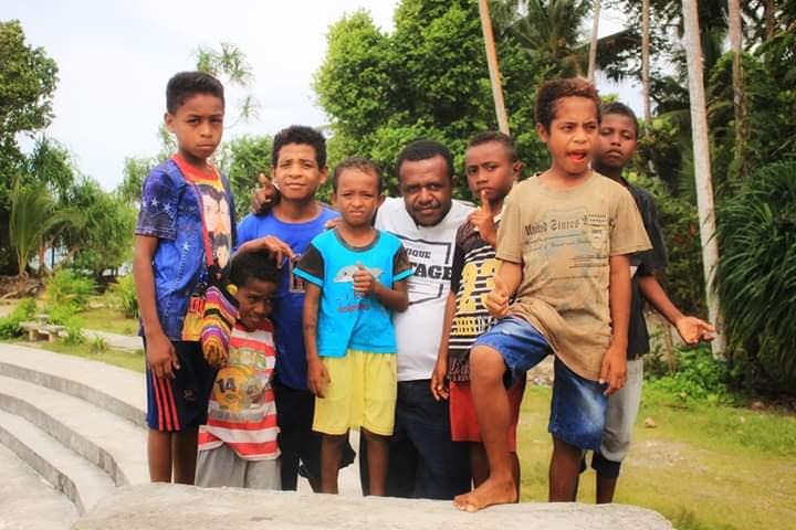 Koordinator Kosapa Hengky Yeimo saat berpose bersama anak-anak di biak utara - Kosapa Doc.