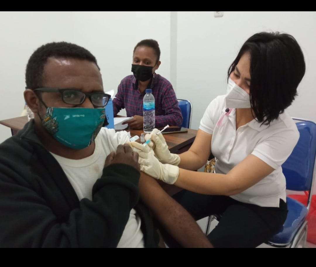 Koordinator Kosapa Hengky Yeimo saat divaksin Perdana - Doc. Kosapa