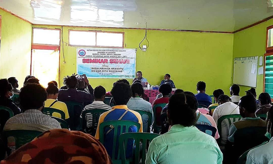 Koordinator Kosapa Hengky Yeimo saat memberikan materi kepada Mahasiswa Mee di Jayapura - DOC. KOSAPA