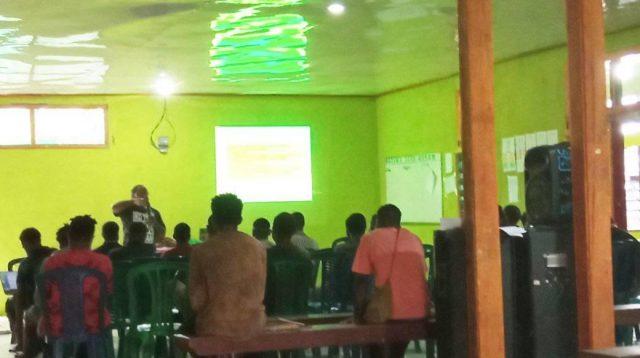 Koordinator Bidang Cerpen Philemon Keiya saat mensharing Pengalaman dan melatih generasi muda PAPUA untuk menulis Cerpen - Kosapa Doc.