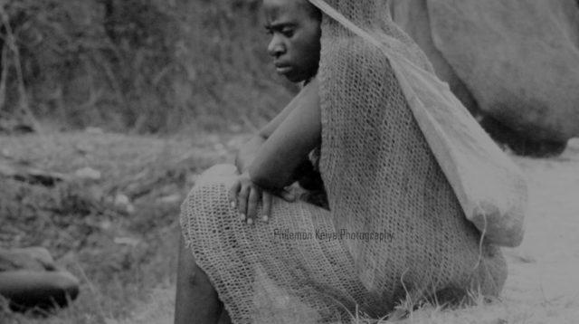 Perempuan asal suku mee yang duduk sambil mengenakan busana adat -Doc. Philemon Keiya