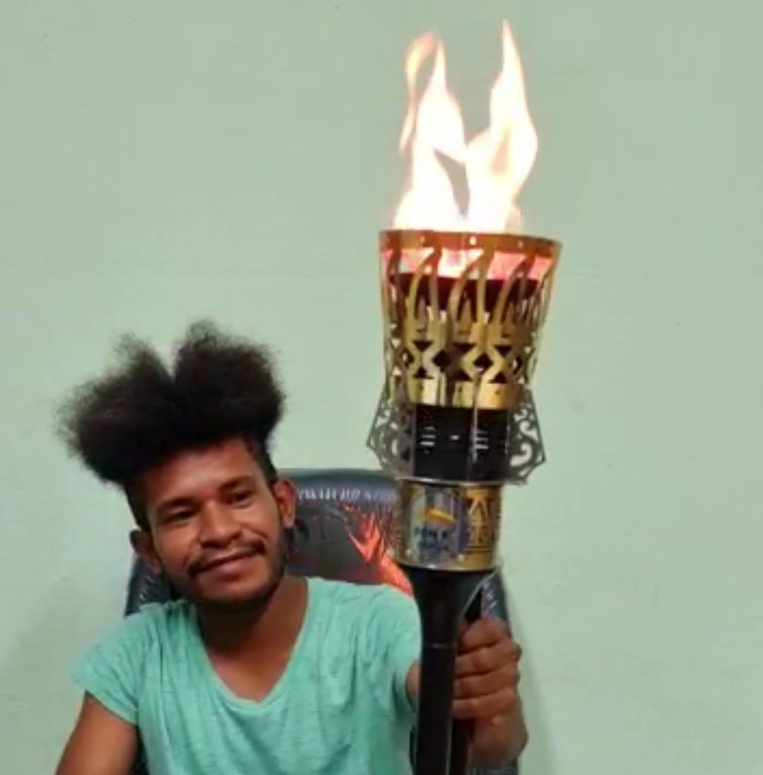 Salah sorang warga Papua saat memegang Obor Api Pon 20 Tahun 2021 - Doc. Pace Kosapa